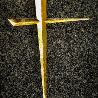Croix catholique gravée à la main sur une stèle en granit noir poli, puis dorée à la feuille d'or 24 carats.