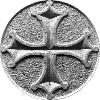 Image noir et blanc d'une croix occitane gravée à la main dans la pierre naturelle.