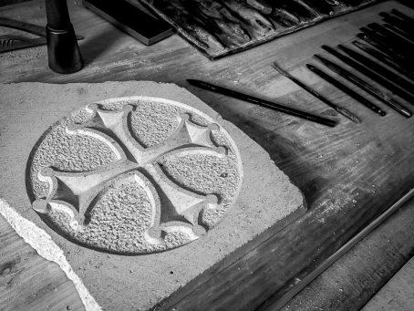 Cette croix occitane accompagnée sur la photo des outils de gravure traditionnelle, est gravée dans la pierre naturelle.