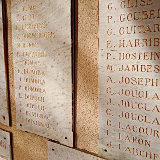 Dalles de pierre naturelle en marbre blanc gravées des noms des soldats morts pour la France.