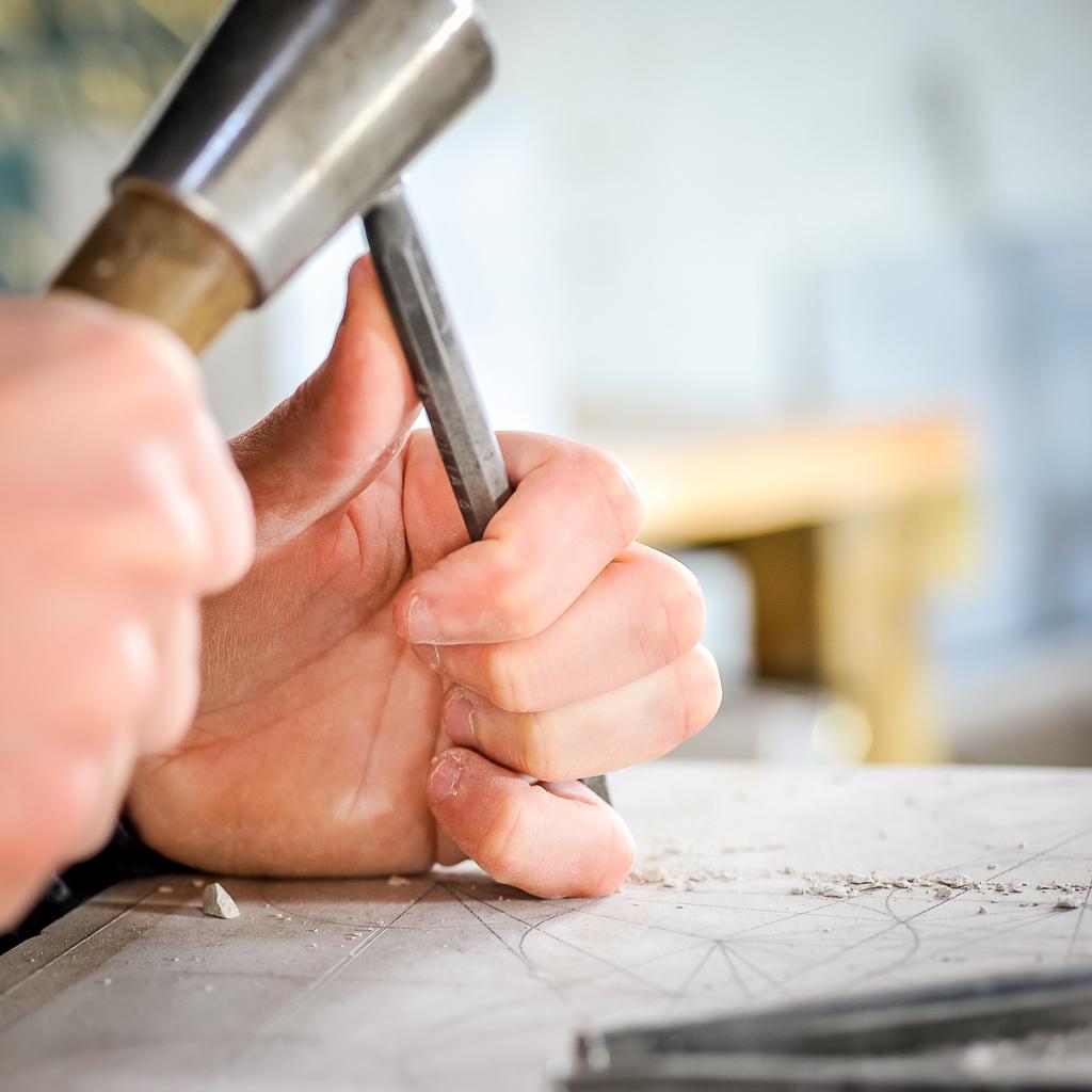 Gravure faite à la main avec outils traditionnels.