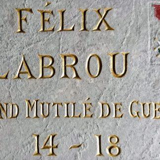 Redorure et gravure des inscriptions gravées sur une plaque commémorative d'un soldat mort pour la France.