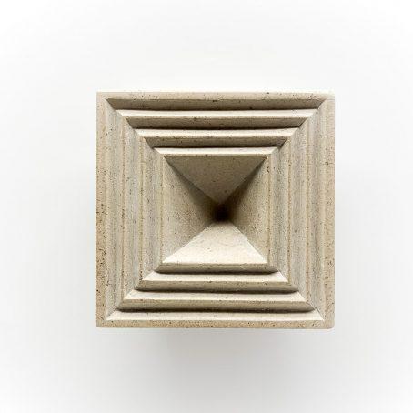Vue de dessus d'un motif de fractale carrée gravée dans la pierre.