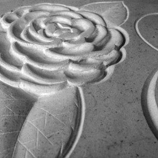 Gravure dans la pierre calcaire d'un motif floral.