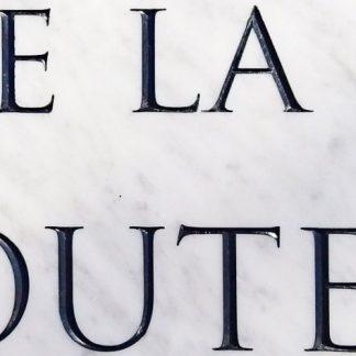 Épitaphe gravé à la main dans une typographie Trajan pour une sépulture de famille, dans une dalle de marbre blanc de carrare.