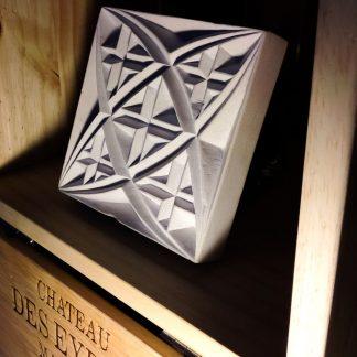 Pierre naturelle calcaire gravée à la main mettant en valeur un motif géométrique que l'on pourrait qualifier de gothique.
