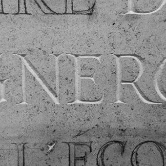 Gravure en cours à la main, d'un épitaphe pour un défunt, dans la pierre.