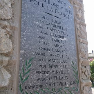 Dalle de marbre d'Arudy sur laquelle figurent les noms des soldats morts pour la France, gravés à la main.