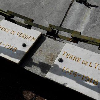 Gravure à la main puis dorée d'une plaque commémorative de la première guerre mondiale.