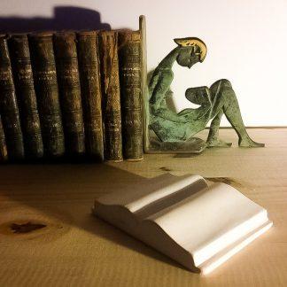 Sculpture à la main dans la pierre naturelle, d'un presse-papiers en forme de livre ouvert.