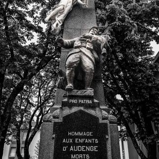 Redorure à la feuille d'or 24 carats des inscriptions gravées sur ce monument aux morts pour la France.