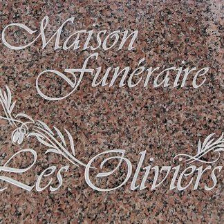 Signalétique funéraire gravée dans une dalle de granit poli, pour une maison funéraire.