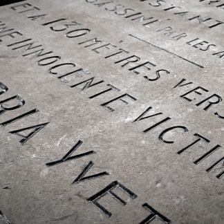 Gravure du nom des victimes tombées pour la France pendant les guerres mondiales.