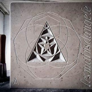 symbole énergétique gravé dans la pierre calcaire naturelle