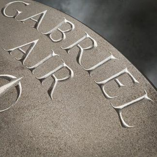 gravure dans la pierre du nom de l'archange Gabriel.