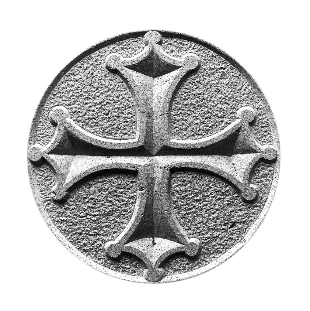 gravure en bas-relief dans la pierre naturelle d'une croix occitane ou croix du languedoc.