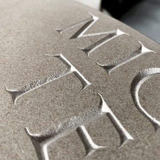 Lettres romaine gravée dans la pierre.