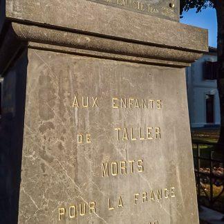 Redorure d'inscriptions sur un monument aux morts en marbre