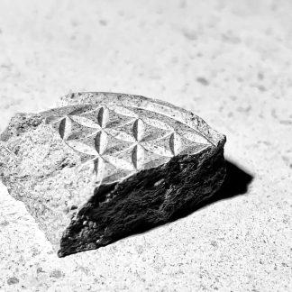 fragment de fleur de vie gravée dans la pierre naturelle