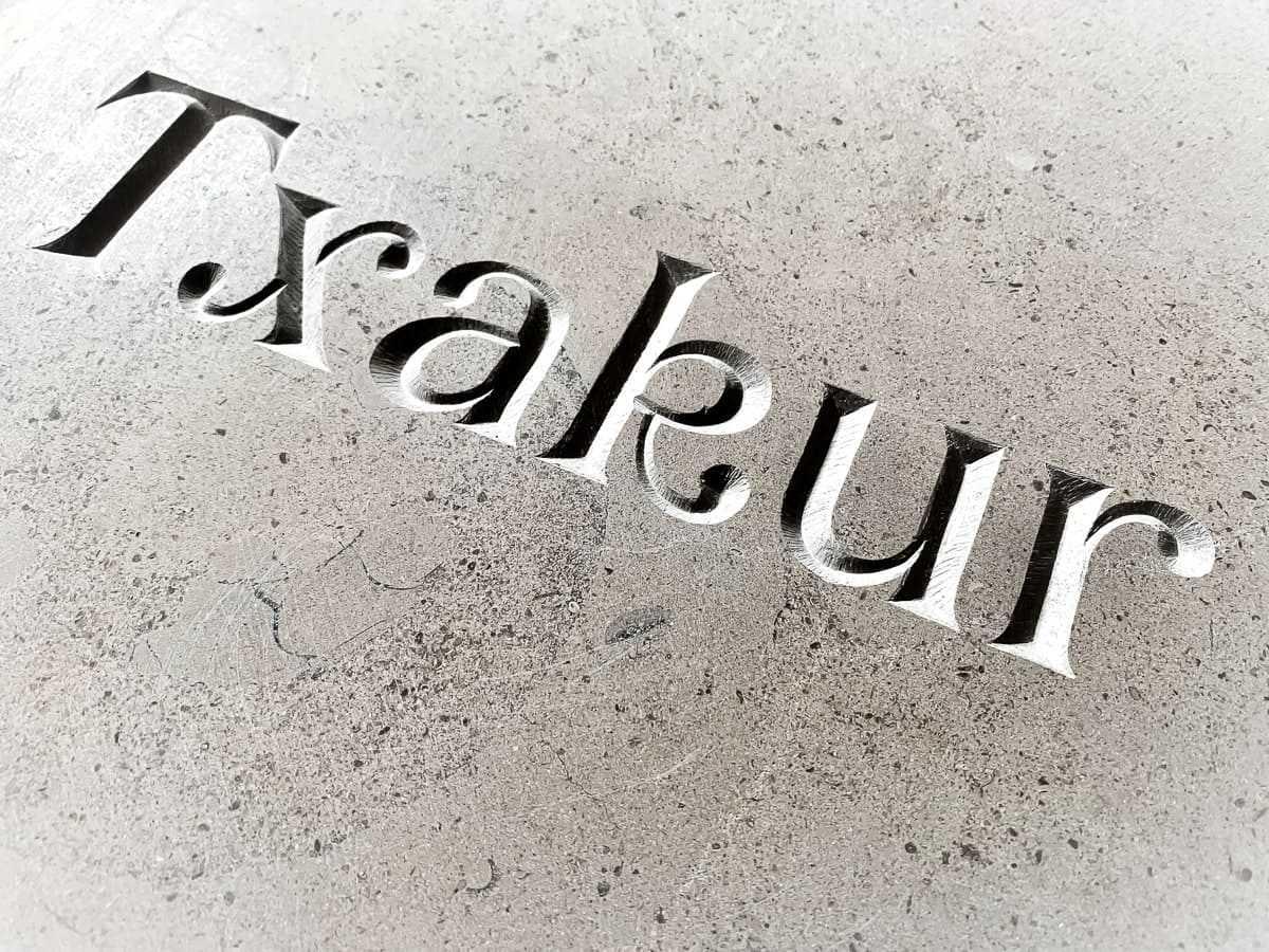 mot basque - Txakur - gravé dans la pierre