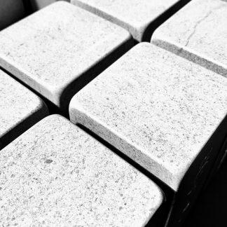 photo en noir et blanc en atelier de blocs de pierre naturelle