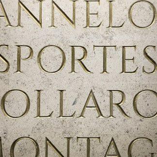 Plaque commémorative gravée dans la pierre