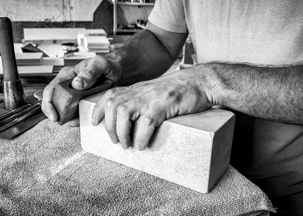 Ponçage d'un bloc de pierre