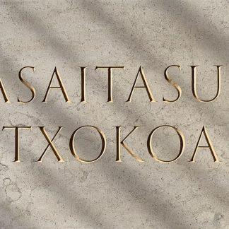 Nom de maison gravé dans la pierre naturelle