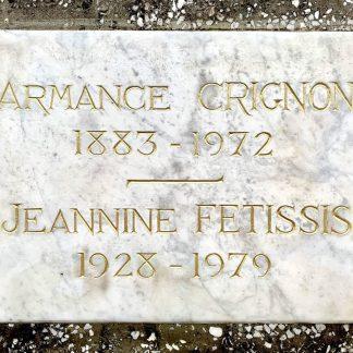 Dorure à la feuille d'or de lettres gravées dans une plaque funéraire en marbre