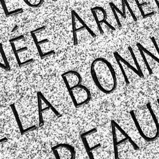tombale en granit gravée de lettres noires