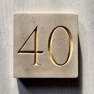 gravure d'un numéro de maison à la main dans la pierre naturelle calcaire