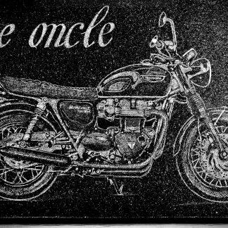 gravure authentique d'une moto Triumph Bonneville dans le granit