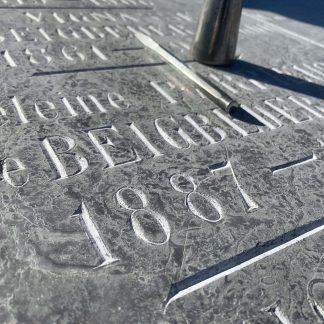 Pierre tombale en marbre gravée à la main.