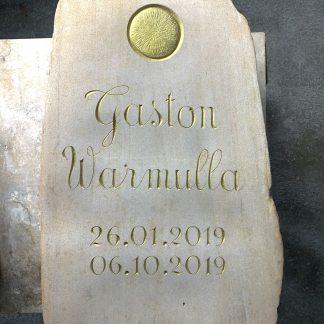 stèle en grès gravée en la main et dorée à la feuille d'or